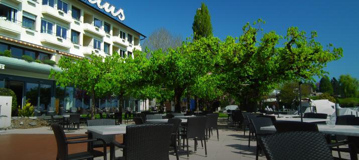 terras van hotel Pilatus aan de oevers